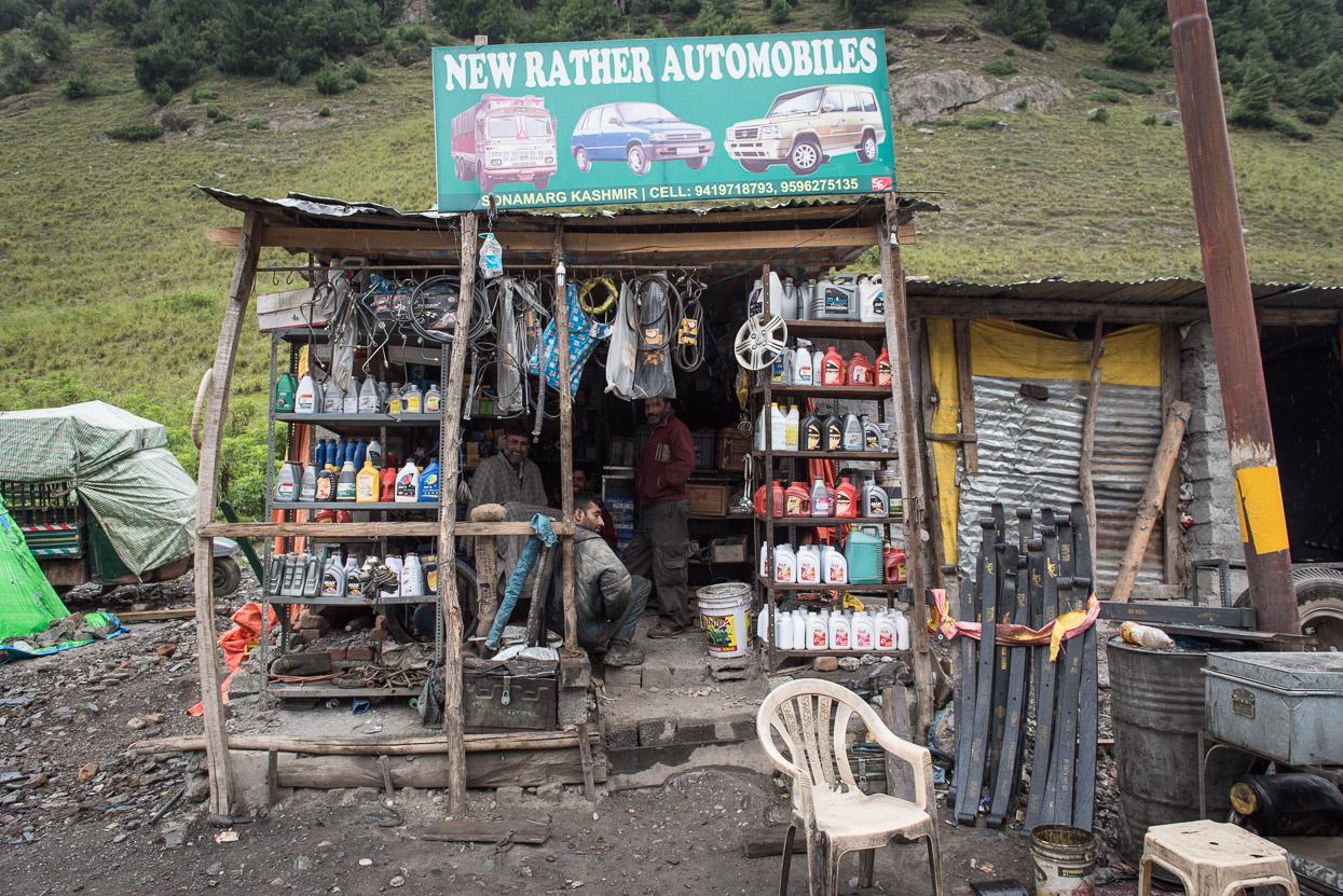 car mechanic workshop along srinagar leh highway
